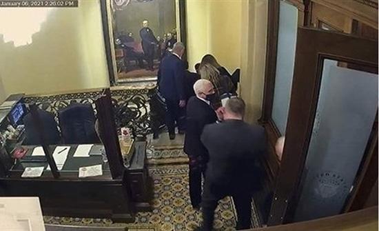 الحقيبة النووية كانت بخطر أثناء اقتحام الكونغرس .. بالفيديو