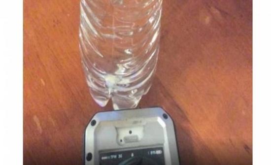 انظروا ماذا يحدث عندما تضعون قنينة ماء قرب هاتفكم المحمول؟