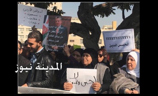 فيديو وصور :  اعتصام امام النواب يطالب بوقف حبس المدين