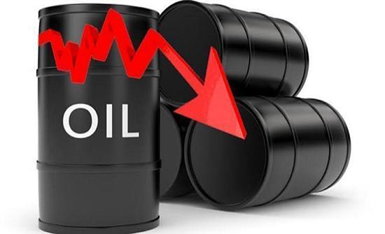 النفط يتراجع مع توقع وكالة الطاقة لفائض وانحسار المخاوف
