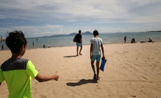 عالم فيروسات يؤكد أن مياه البحر والمسابح لا تنقل كورونا