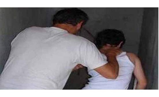 فضيحة تهز بلد عربي .. معلم يقوم بالرذيلة مع تلميذه