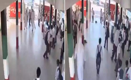 أب وأبناؤه الثلاثة يعتدون على مدرس داخل مدرسة في الكويت (فيديو)