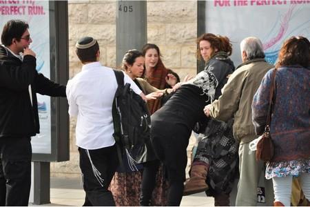 نساء لأجل الهيكل يقتحمن سطوح الخان في القدس القديمة المحتلة