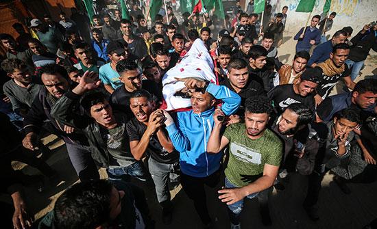 بالصور : تشييع طفل فلسطيني قتل برصاص الاحتلال بغزة