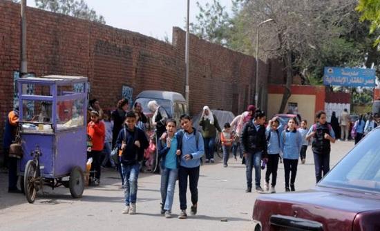 """""""مدارس بلا معلمين وطلاب بلا مقاعد"""".. ماذا يحدث في مدارس مصر؟"""