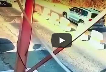 شاهد.. كيف أوقف رجل أمن سعودي سيارة حاولت الفرار!