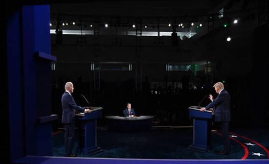 ترامب وبايدن يكثفان جهود استمالة الناخبين قبل المناظرة الأخيرة