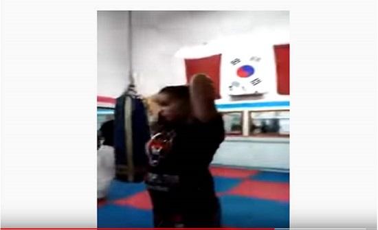 فيديو يشعل المغرب ...مدرب ملاكمة يوجه لكمات صادمة وقاسية لفتاة