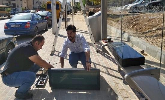 """بالصور : استبدال شاشات """"باص عمان"""" المكسورة"""