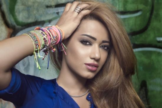 رحمة رياض تتألق بفستان أرجواني ملكي في ختام عراق أيدول!.. فيديو
