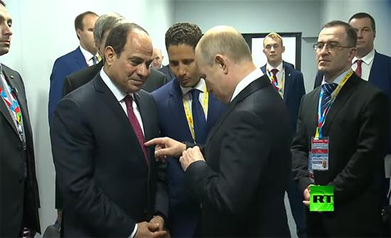 بالفيديو : ربطات عنق متشابهة بين بوتين والسيسي.. شاهد رد فعل بوتين