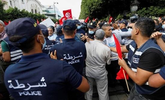 مئات التونسيين يتظاهرون في العاصمة ضد قرارات الرئيس سعيّد- (فيديوهات وصور)