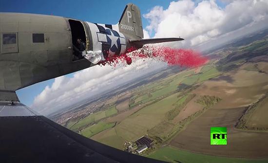 بالفيديو : إلقاء 750 ألف زهرة خشخاش من طائرة حربية فوق بريطانيا