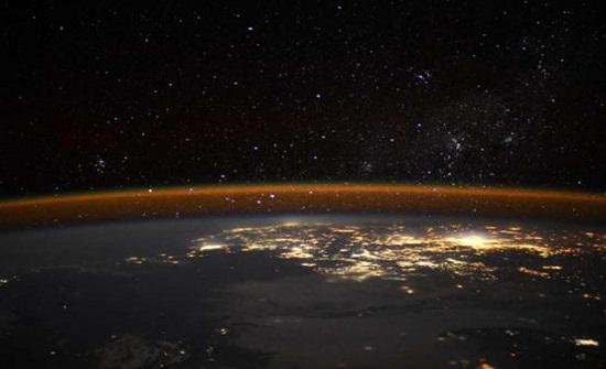 رائد فضاء يلتقط صورة (حافة الأرض)