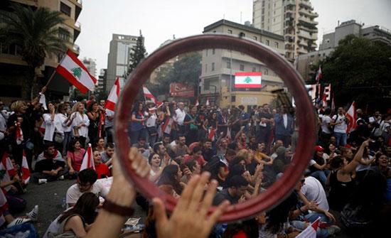 بالفيديو : استمرار احتجاجات لبنان للأسبوع الثاني.. ومحاولة لفتح الطرق