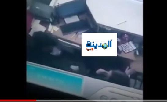 شاهدوا بالفيديو كيف جمع منفذ السطو المسلح على البنك في عبدون الأموال