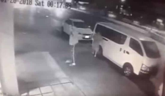 شاهد: لحظة تصدي مصري شجاع لـ 3 لصوص حاولوا سرقة مطعم