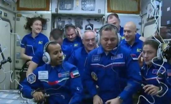 شاهد: اللحظات الأولى لوصول هزاع المنصوري لمحطة الفضاء الدولية