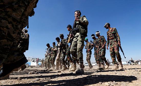 """بينهم 40 قيادياً.. """"الحوثي"""" تشيع 68 من قتلاها بيومين"""