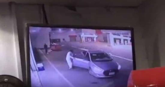 بالفيديو: كاميرا مراقبة ترصد سرقة سيارة مواطن أمام عينه