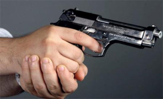 شاب يطلق النار على شقيقه ويصيبه بقدميه
