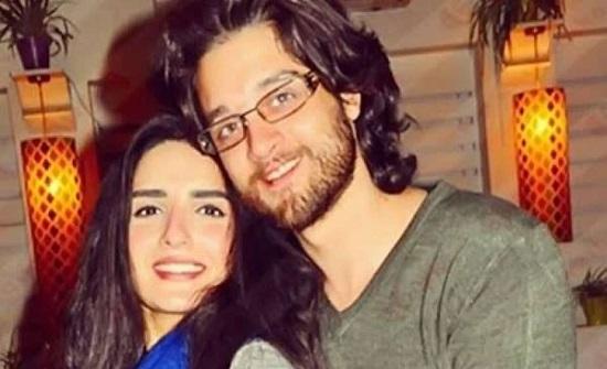 """عمر خورشيد يطلب الدعاء لزوجته """" ياسمين الجيلاني """" وإبنتهما"""