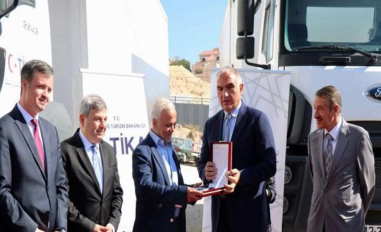 تيكا التركية تتبرع بثلاث شاحنات للهيئة الخيرية الهاشمية