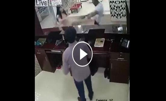 """في بلد غربي : امرأة تلقن رجلا """"علقة ساخنة"""" داخل فندق (فيديو)"""