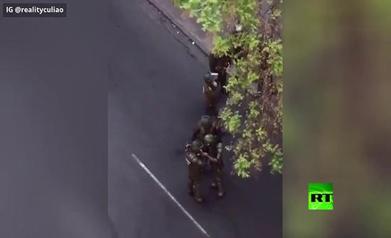 فيديو : عناصر الشرطة التشيلية يتعاطون المخدرات في وضح النهار