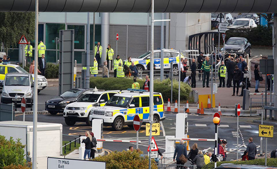 بريطانيا: خبراء المتفجرات يفجرون طردا مريبا بمطار مانشستر