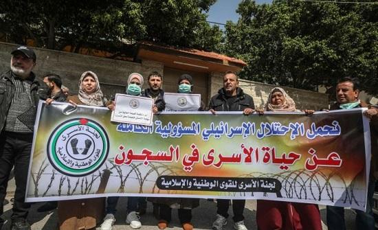 إسرائيل تعاقب 32 أسيرا فلسطينيا بدأوا إضرابا عن الطعام