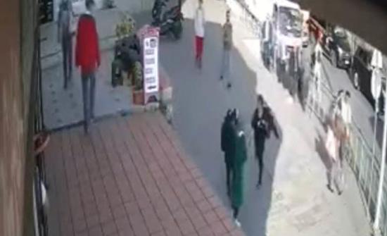 بالفيديو : لحظة تعرُّض امرأة محجبة للاعتداء في مدينة إسطنبول