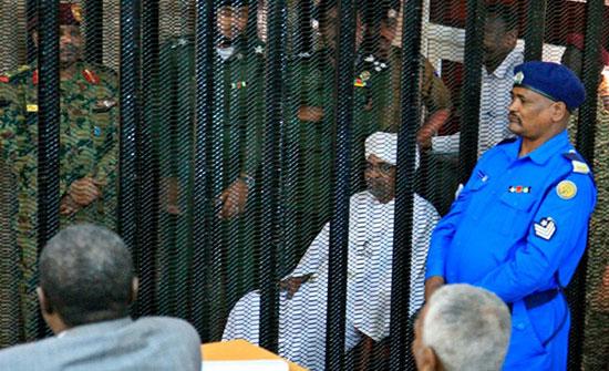 محكمة سودانية تعرض مبالغ مالية ضخمة كأدلة لإدانة البشير