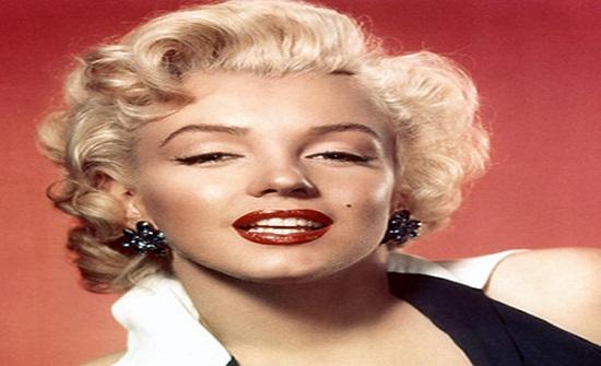ملكة اللون الأحمر .. صور نادرة تبرز رشاقة وأنوثة مارلين مونرو