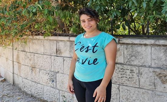 أسيل عشرينية تكافح تداعيات كورونا وغياب أسرتها ببيع المشروبات في شوارع عمان