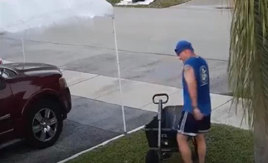 كاميرات المراقبة تنقذ رجلا من الذبح بسيف (فيديو)