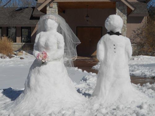 سيارة درك تنقل عروس وعريس علقت سيارتهما في الثلج المدينة نيوز