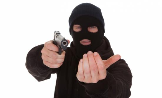 القبض على شخصين أثناء عملية سلب مسلح لأحد البنوك في طريق المطار