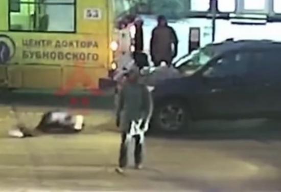 بالفيديو.. ردة فعل غريبة لامرأة صدمتها سيارة