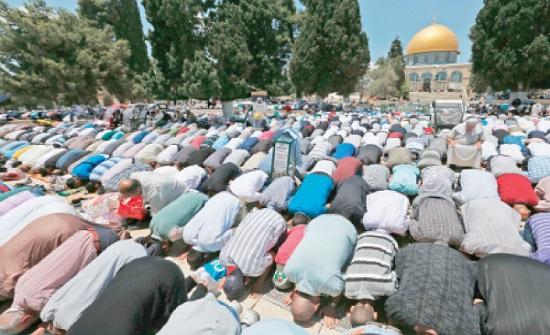 حوالي 40 ألف مصل يؤدون صلاة الجمعة في المسجد الأقصى المبارك