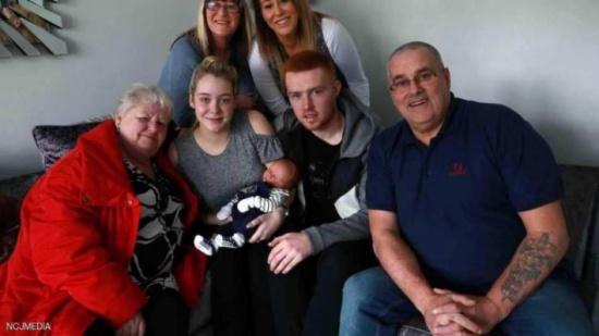 صور| مولود جديد يذهل عائلته والطاقم الطبي بميزة نادرة