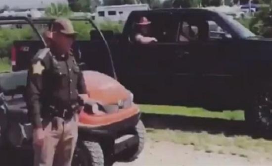 ضابط يسدد كرة قدم في وجه سيدة (فيديو)