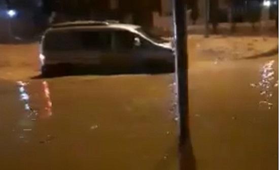 الزرقاء : الامطار الغزيرة تغلق الشارع الرئيس في مدينة الشرق