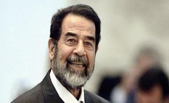 """فيديو نادر لـ""""صدام حسين"""" يعطي درسًا للتلاميذ في اللغة العربية"""