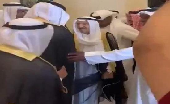 شاهد: أمير الكويت يحضر مناسبة حفل زواج وسط ترحيب كبير