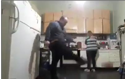 """سيدة تضرب زوجها """"بالشلوت"""" لأنه لعب كرة في المطبخ """" فيديو """""""