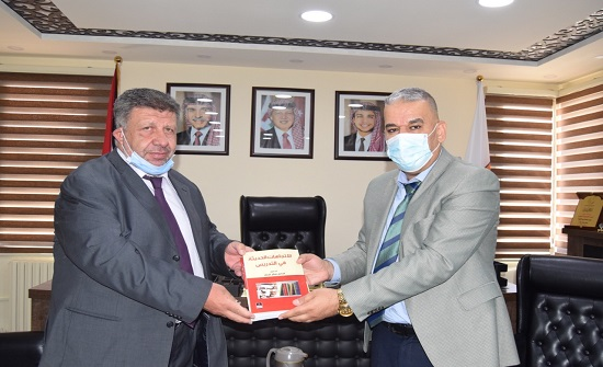 الدكتور الجراح يهدي جامعة إربد الأهلية مجموعة من كتبه العلمية
