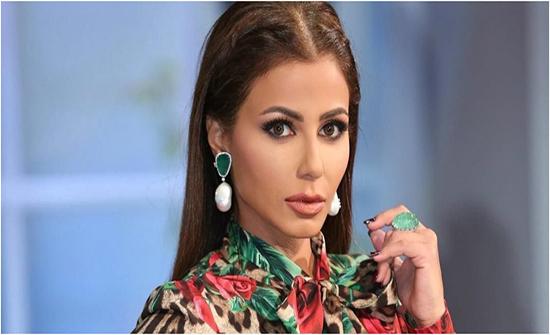 بالفيديو: مهيرة عبد العزيز تتعثّر بفستانها وتسقط أرضاً