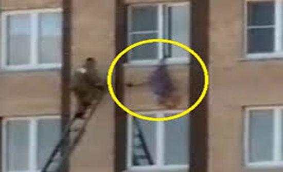 فيديو :- المرأة  الروسية المعلقة من ساقها.. شيء واحد فعلته وأنقذ حياتها